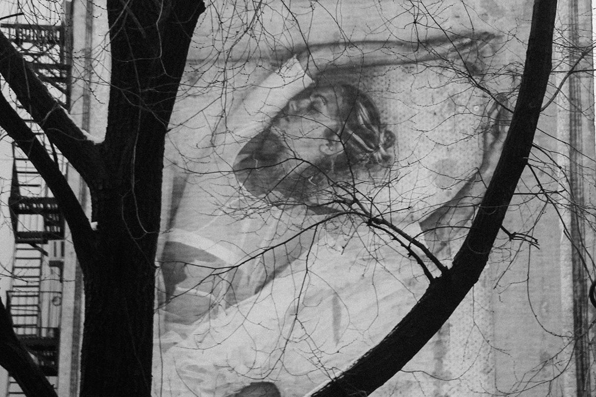 Ballerina getekend op een flat gefotografeerd door een boom