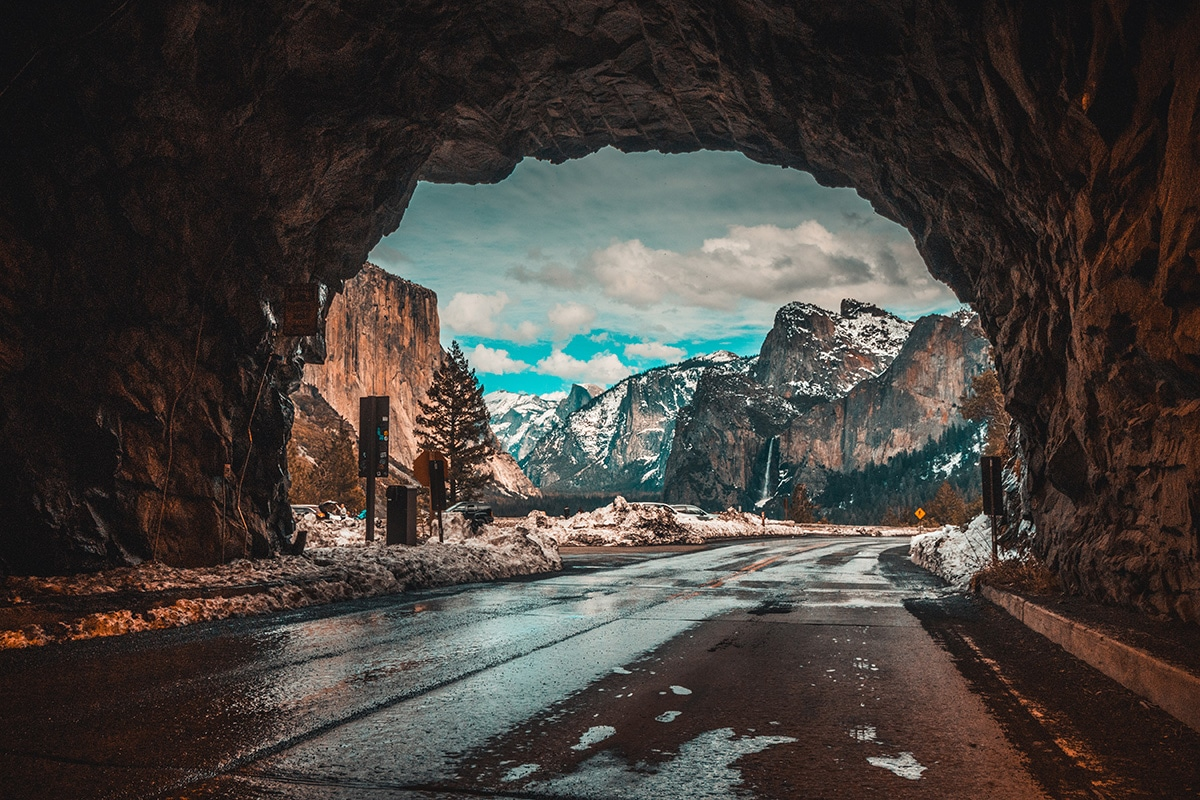 Bergen gefotografeerd vanuit een tunnel