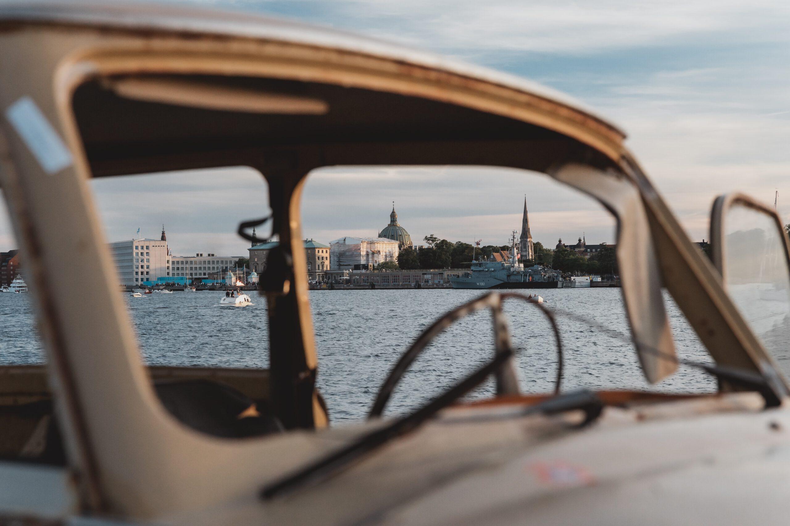 Een stad aan het water door oude auto gefotografeerd