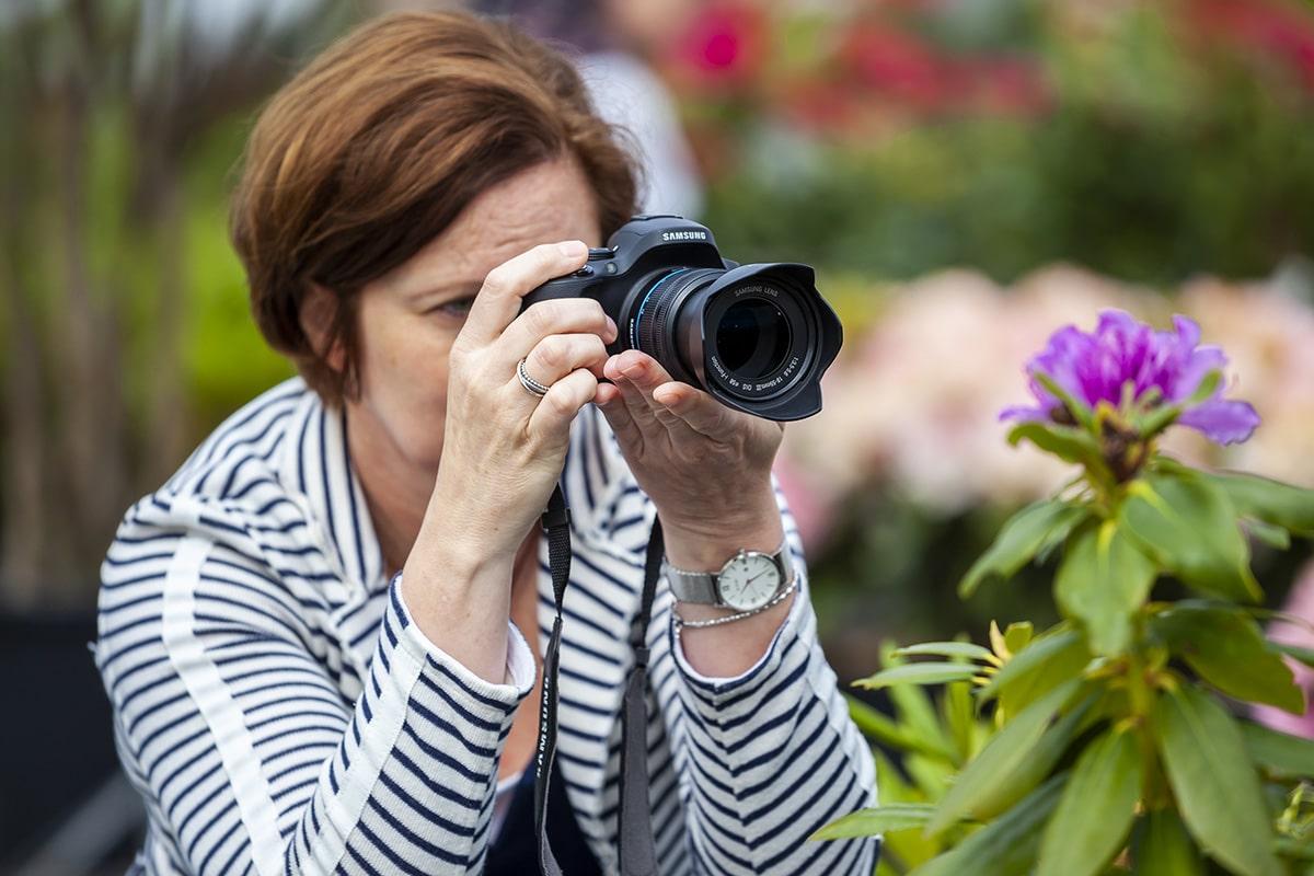 Een vrouw houdt de camera goed vast bij Schonenberg in Volkel om camerabeweging te voorkomen