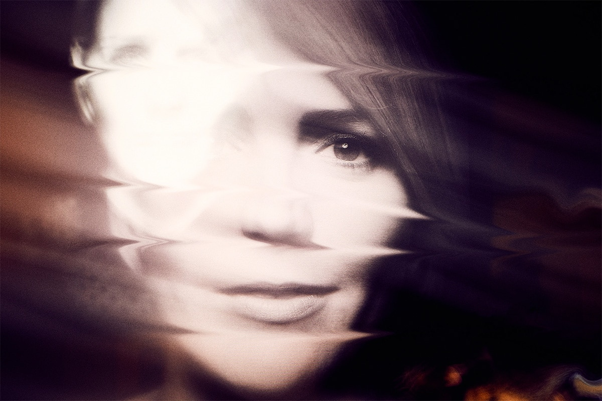 Foto van een gezicht van een vrouw met een matige focus