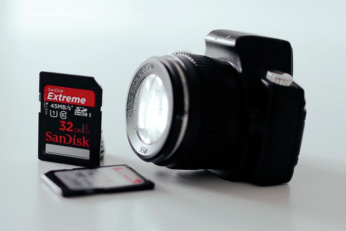 geheugenkaart van SanDisk bij een fototoestel