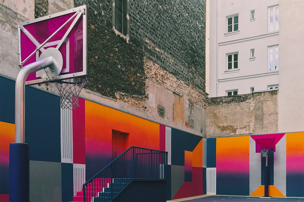 basketbalveld met veel art en kleur