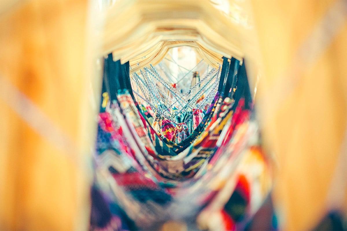 Kleding op kledinghangers gefotografeerd met veel scherpte diepte depth of field