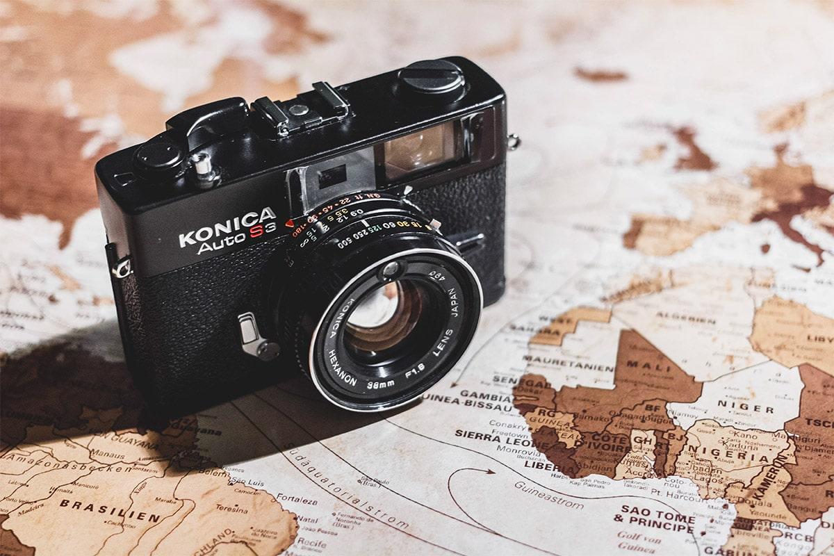 Camera die op een landkaart staat