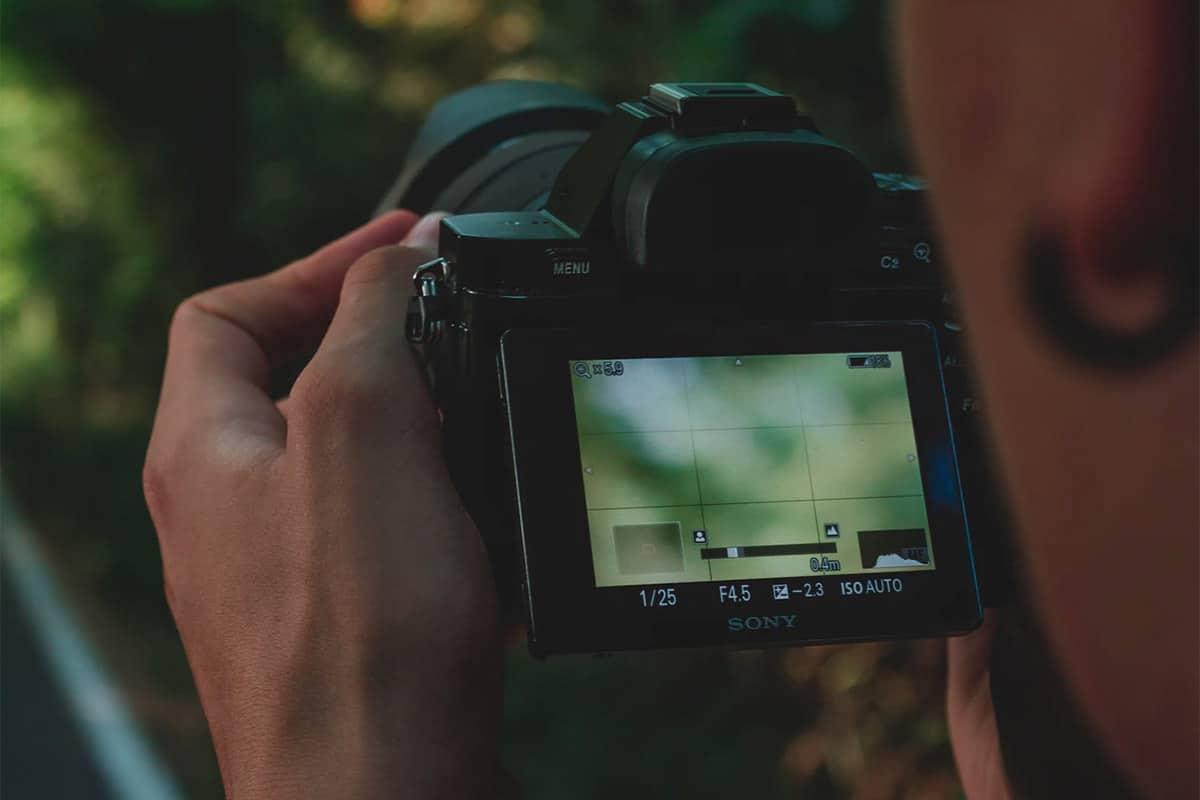Een camera die vastgehouden wordt, waarbij het camerascherm goed te zien is
