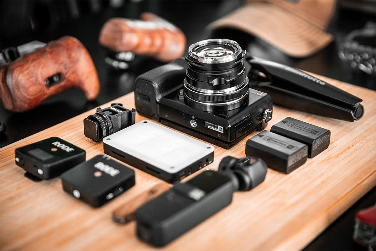 Extra camera gear (camera accesoires) uitgestald op een tafel