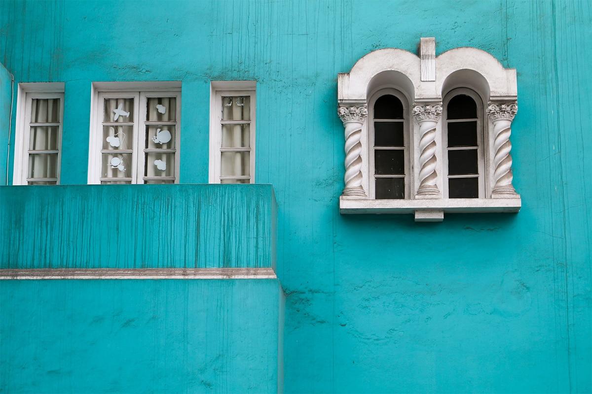 Ibiza groene muur met karakteristieke raamkozijnen in Zuid Europa