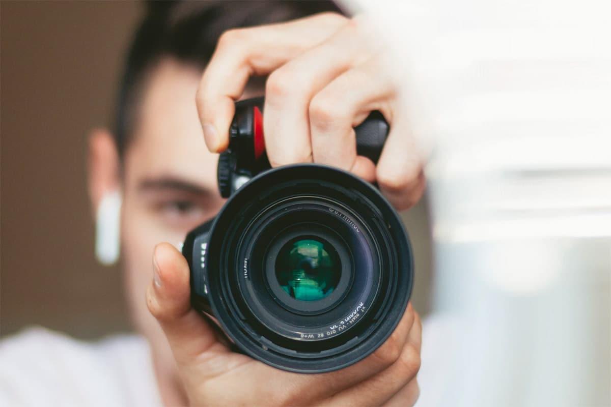 Man die een foto maakt