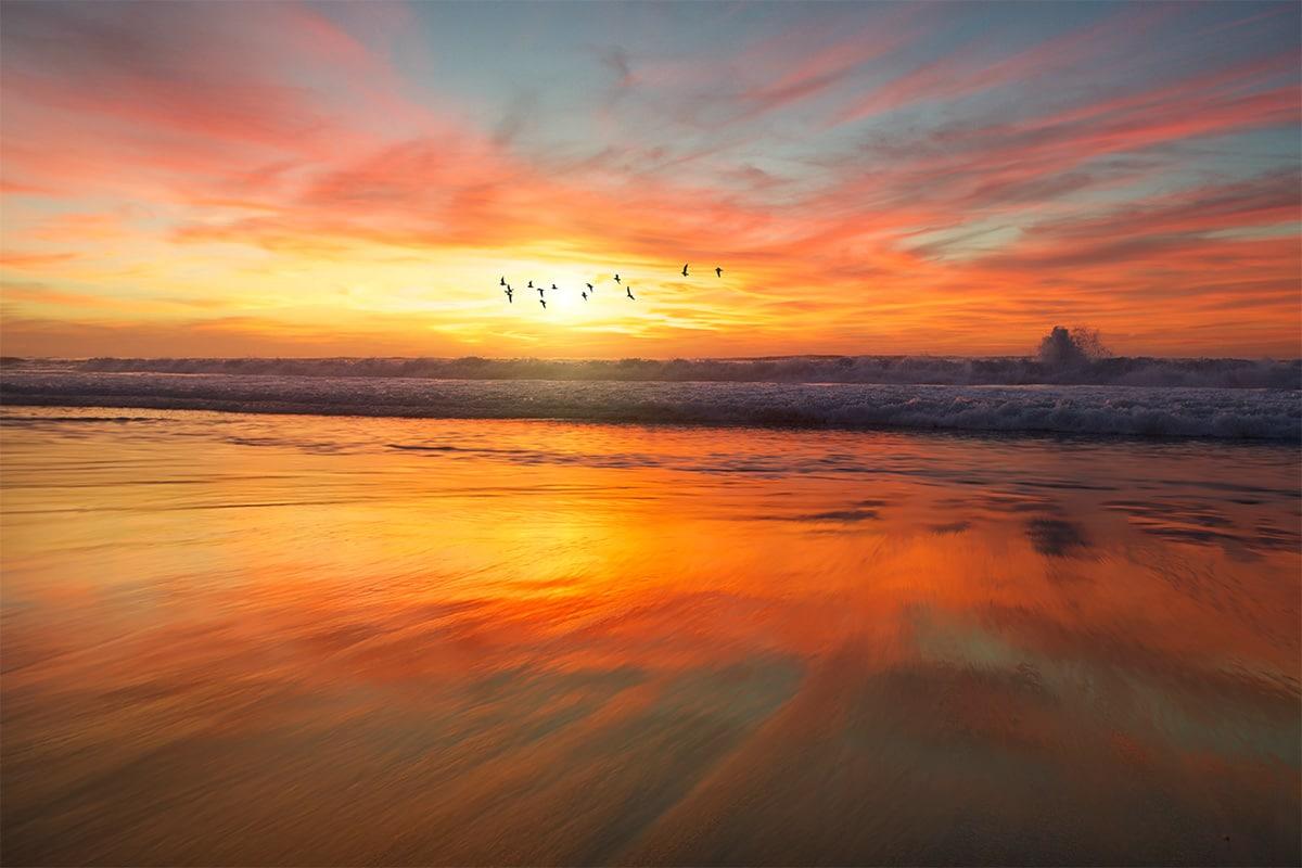 Vakantiefoto van een zonsondergang bij zee tijdens het gouden uur