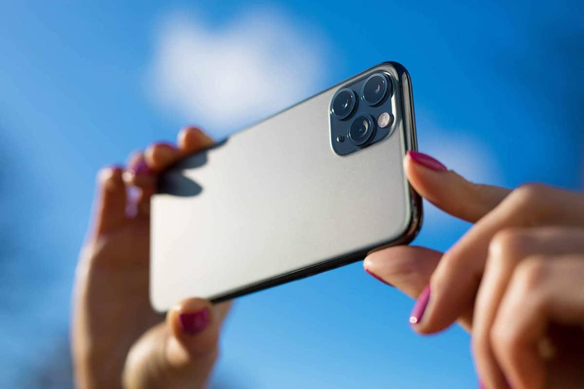 iPhone11 in de handen om een vakantiefoto te maken