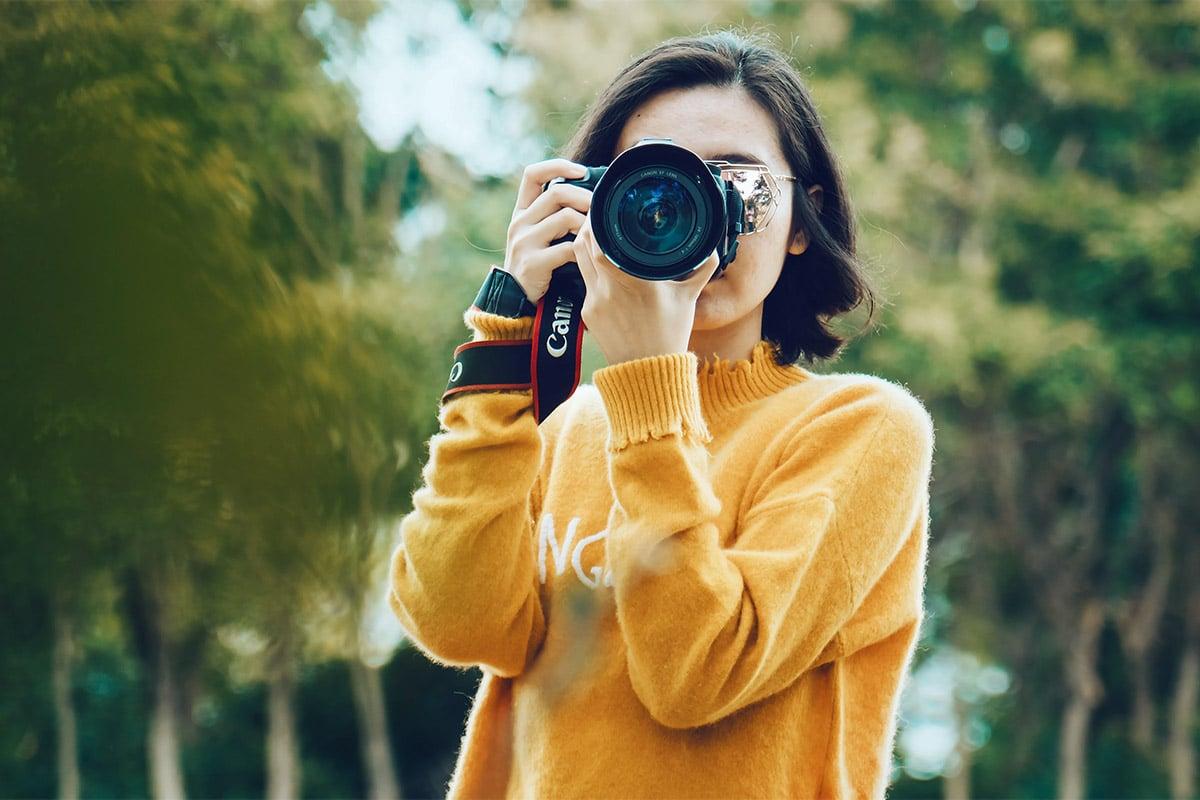 Een vrouw die een camera vasthoudt
