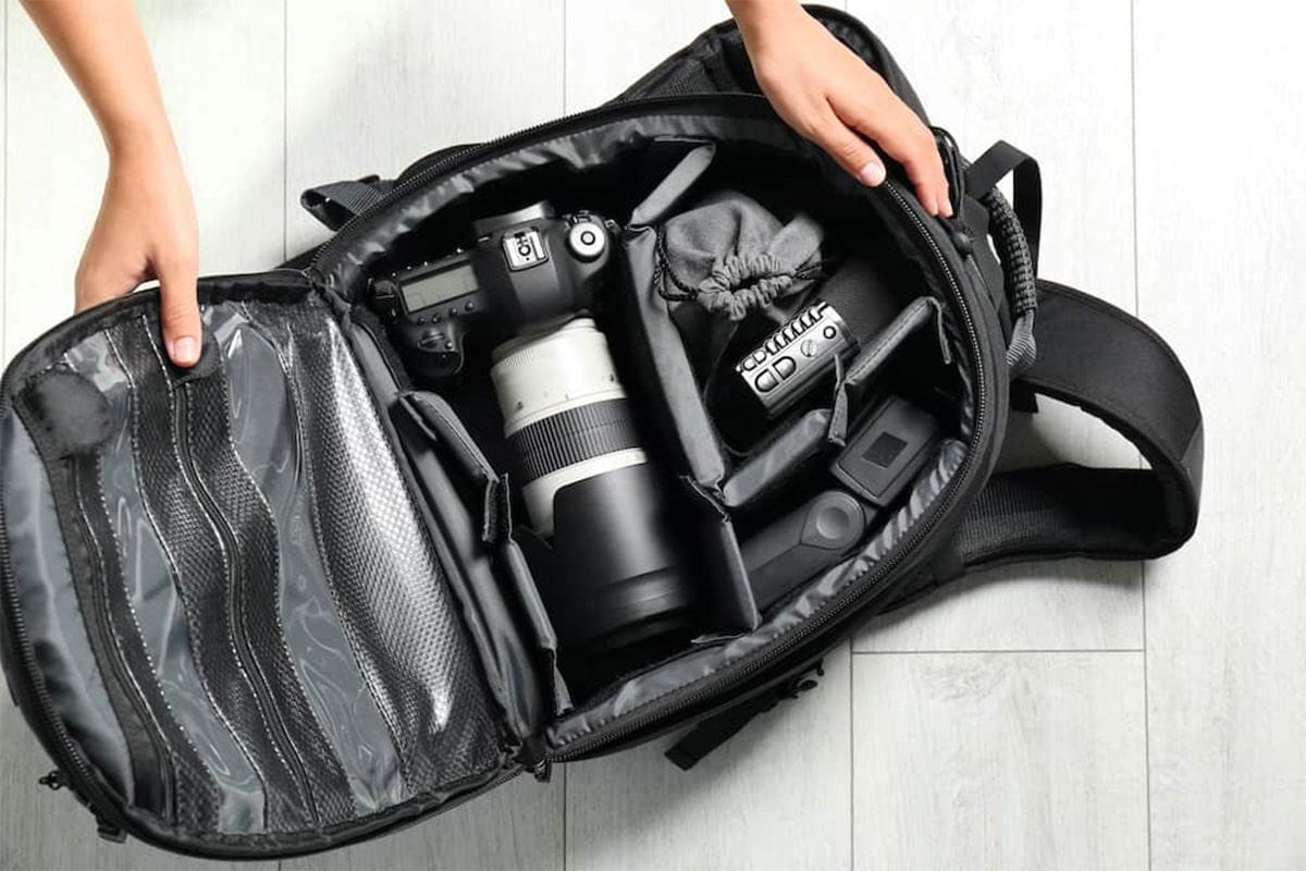cameratas gevuld met fotografie materialen, zoals oplader, camera, lensen etc.